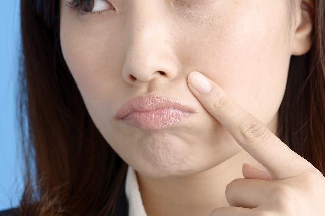 顎に出来た吹き出物が治らない!?原因と治し方